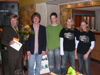 Hans-Hermann Neblung bekommt ein Geschenk von den Jugendlichen Leon, Dion, Janina und Kelly