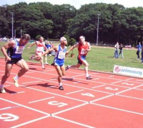 Zieleinlauf 100m M50 mit 1/100 Sec. Vorsprung siegte hier Reinhard Michelchen vor Ernst Becker
