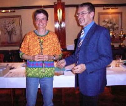 Leistungsnadel in Silber für die Marathon-Mannschaft TV Sottrum   Christina Wilkens, Ute Velow-Diekmann hier im Bild und Elke Peter