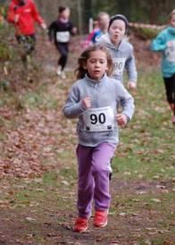 Solja Brandt (Kinder W06) kam über die 700m-Distanz nach 4:16 min über die Ziellinie und ließ dabei auch viele ältere Läuferinnen hinter sich.