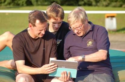 Konzentriert bei der Analyse eines aufgezeichneten Stabhochsprunges: Rainer Dohrmann, Janik Dohrmann und Hans-Hermann Neblung (v.li.).