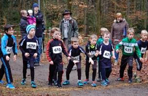 Zi01: Startvorbereitungen für die 830m der männlichen Kinder. Mit dabei Mattis Wichern (Nr. 635) und Silas Dreyer (Nr. 758, 5. v. re.), die späteren Sieger in ihren Altersgruppen.