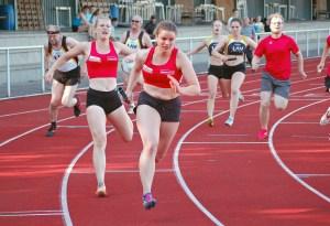 Während die Läuferinnen der LAV Zeven (re.) beim 4 x 100m-Wettbewerb von einem Läufer des TV Hude leider behindert wurden, konnte die Frauen-Staffel des TSV Gnarrenburg (vorne) eine neue persönliche Bestzeit aufstellen.