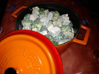 Пресни броколи със синьо сирене и сметана