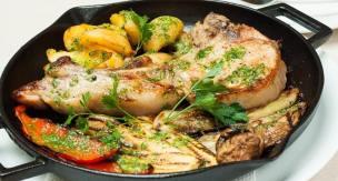 """Запечен свински котлет и зеленчуци на грил тава """"LAVA"""" гарнирано с домашно приготвено песто с лешници"""