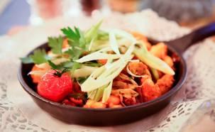 """Част от сезонното меню. Основните продукти и акценти на зимата: Праз лук, фасул, телешка саздърма, приготвени и поднесени в тиганче """"LAVA"""""""