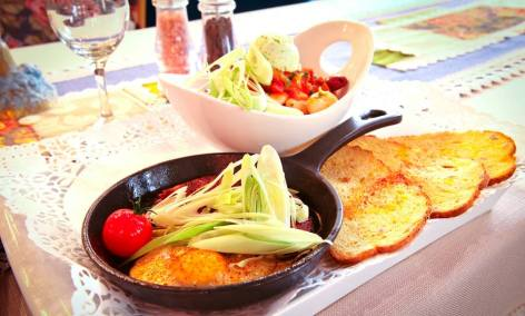 """""""Запечен сух боб """"Мезе"""" с праз лук, сушени доматки и мариновани маслинки в тиганче """"Lava"""""""