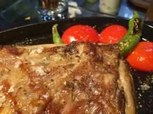 """Сочен агнешки стек, приготвен и сервиран в """"LAVA"""""""