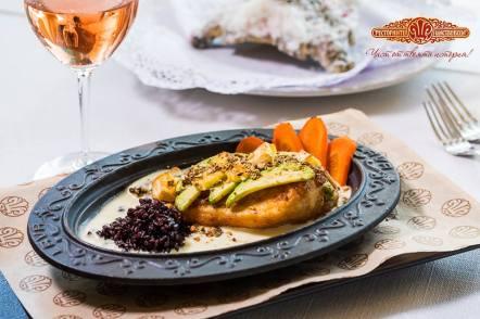 Пълнено пилешко филе с мус от авокадо, запечено със сирене Бри и гарнирано с черен ориз и поръска от семена и ядки
