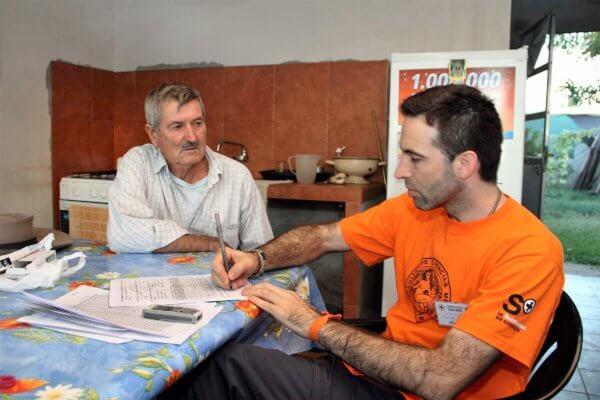 El doctor Damián Verzeñassi en el campamento sanitario en San Salvador, Entre Ríos. Foto: Julieta Colomer