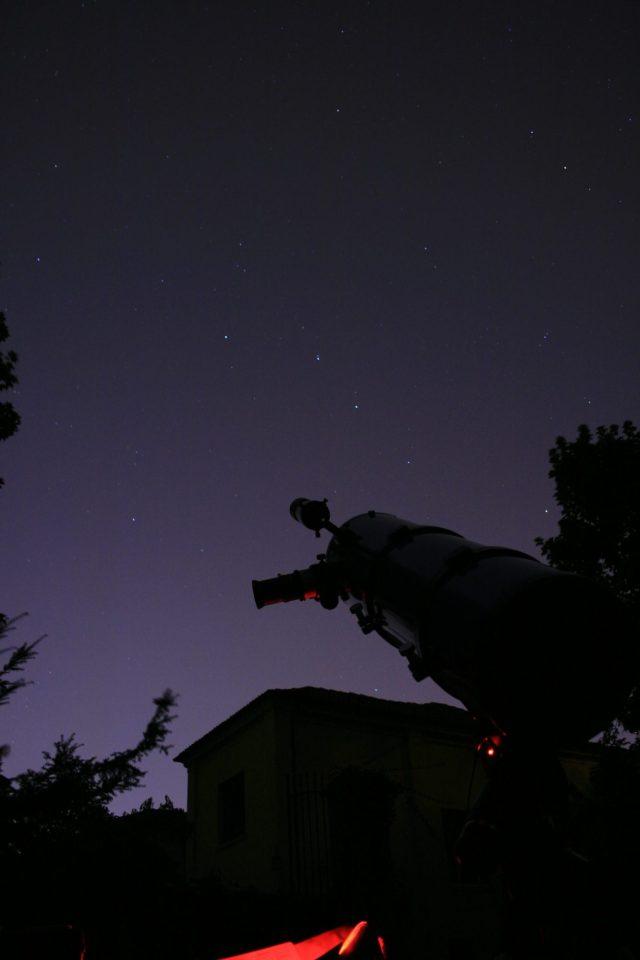Le tre stelle del timone del GRan Carro sopra il telescopio. Scatto del 24 giugno 2015 ore 1.29. Canon EOS 400 D, posa di 30 s, f/4.0, 400 ISO.
