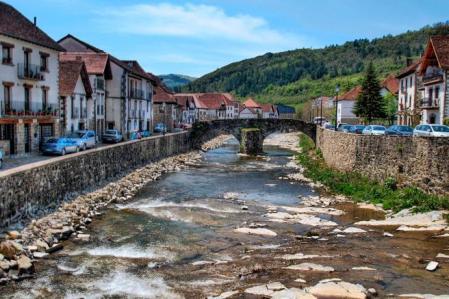 Ochagavía es un pueblo de la comarca de Roncal-Salazar , en Navarra
