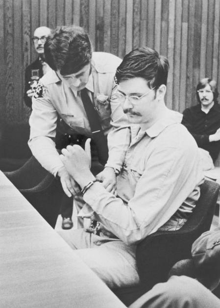 Un agente le quita las esposas a Ed Kemper durante el juicio