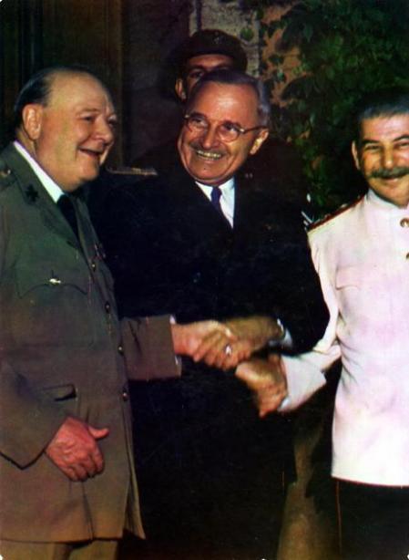 De izquierda a derecha: Winston Churchill, Harry Truman y Josef Stalin, líderes de los países vencedores.