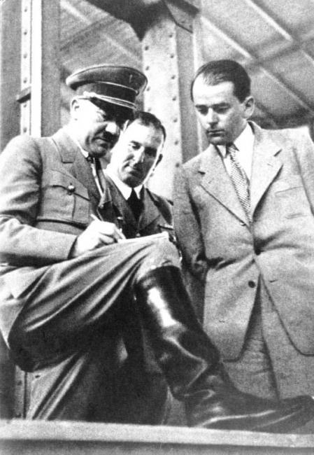 Albert Speer junto a Adolf Hitler en 1933.