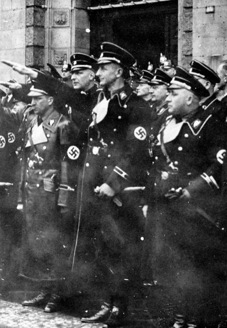 Eichmann, en el centro, saludando, como oficial de las SS