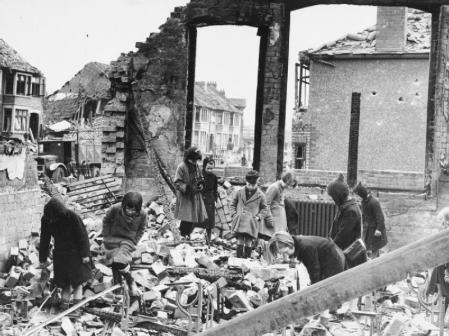 Un grupo de niños entre los escombros provocados por las bombas.