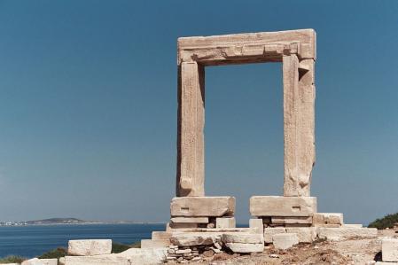 Restos de un templo arcaico de Naxos dedicado a Apolo.