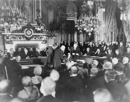Imagen de la firma del pacto Briand-Kellogg