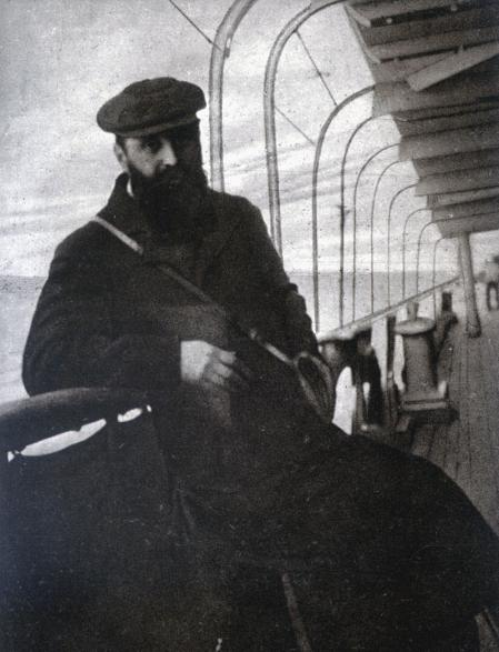 Theodor Herzl en barco llegando a las costas de Palestina en 1898.
