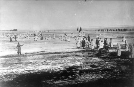 El Ejército Rojo ataca Kronstadt a través del hielo del golfo de Finlandia.