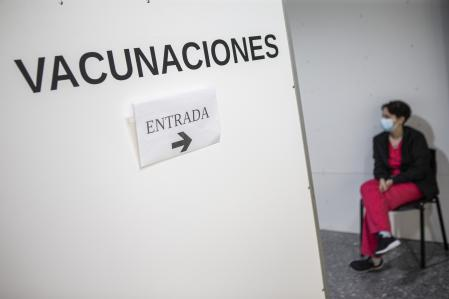 MONTEVIDEO, URUGUAY - APRIL 14: A person waits to be tested in a vaccination center at Hospital Pereira Rosell on April 14, 2021 in Montevideo, Uruguay. After cases surged in the last week, Uruguay has the highest rate of COVID-19 infections per million inhabitants in Latin America, surpassing Brazil and Mexico. The South American country, which has a population of 3.4 million, currently has the highest global rate of new positive cases of coronavirus, registering an average of 1,119 per day. (Photo by Ernesto Ryan/Getty Images)