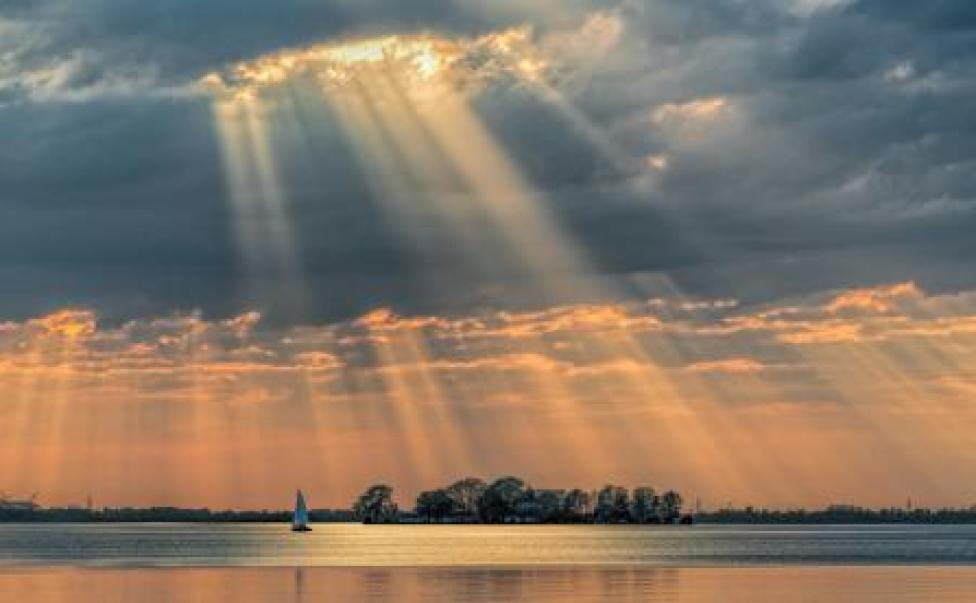 Paisaje bajo los rayos del sol en Steinhuder Meer, Alemania .