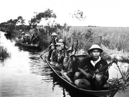 Miembros del Viet Cong cruzan un río en 1965