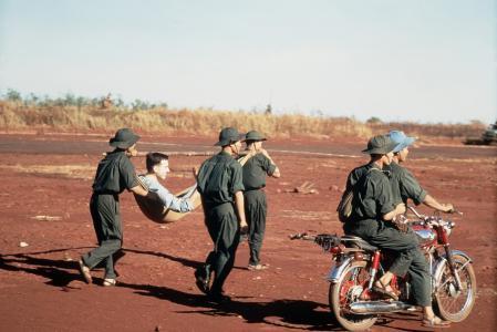 Soldados del Viet Cong transportan a un soldado estadounidense herido para un intercambio de prisioneros