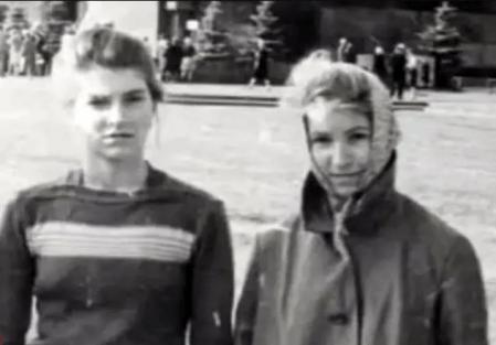 Tamara Samsonova (a la derecha), de joven