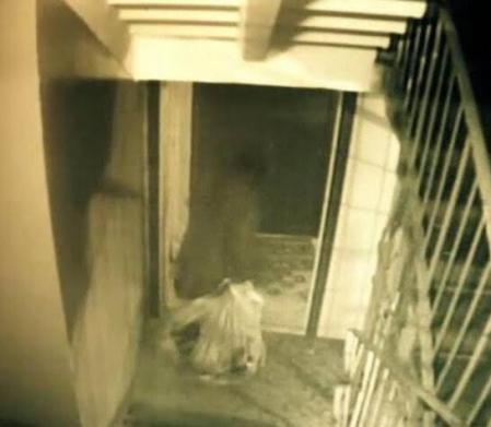 Las cámaras captan el momento en que Tamara Samsonova baja las bolsas de basura