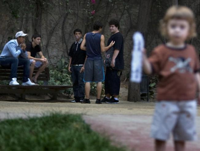 Resultado de imagen para niños en parques con drogadictos