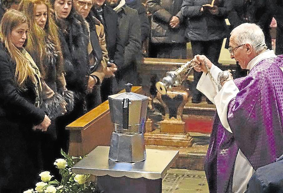 El impulsor de la cafetera moka descansa en paz para siempre dentro de ella