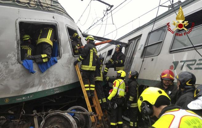 Lo s equpos de rescate acceden al tren siniestrado