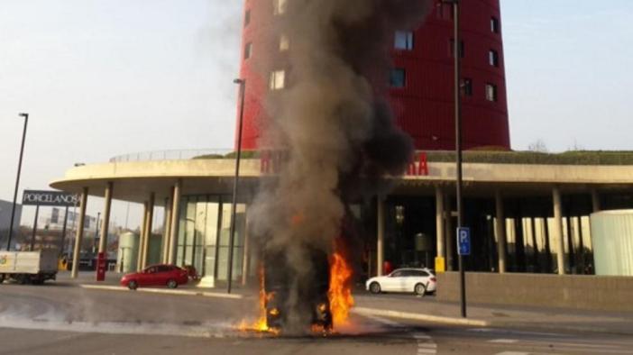 Un camión de la limpieza se incendia frente al recinto ferial de Gran Via
