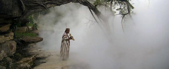 Un indígena toca su música junto al hirviente Shanay-timpishka   Facebook   boilingriver