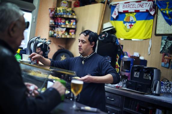 Turismo y aglomeraciones en la Barceloneta. Paco Parra en el bar que regenta desde hace 10 años, el Moll del Rebaix
