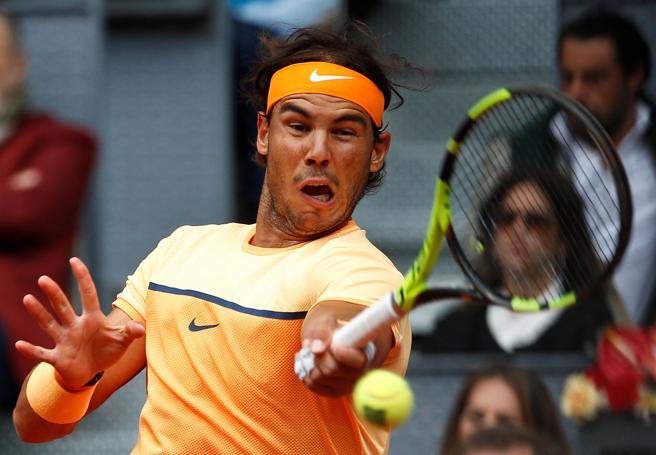 Rafa Nadal golpea una bola ante Murray
