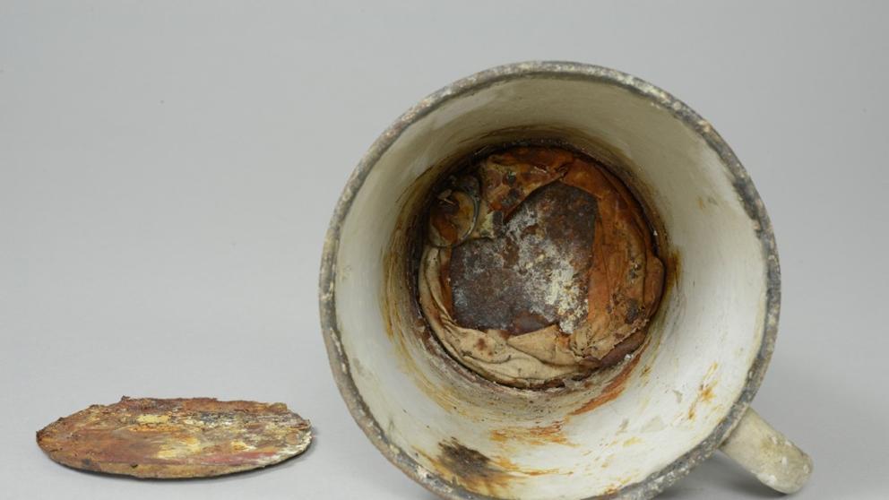 La taza que escondía un valioso tesoro en el museo de Auschwitz
