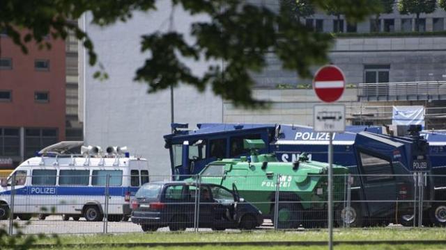 Vista de las medidas de seguridad en torno al recinto en donde se celebrará la reunión del exclusivo Club Bilderberg en Dresde, Alemania. EFE/Arno Burgi