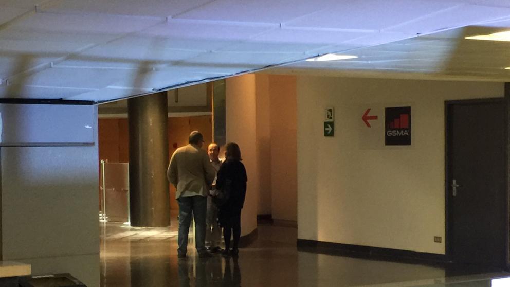 Miquel Iceta habla con Antoni Balmón y Núria Marín, bien entrada la noche, ante su despacho de negociador en el congreso (Quico Sallés)