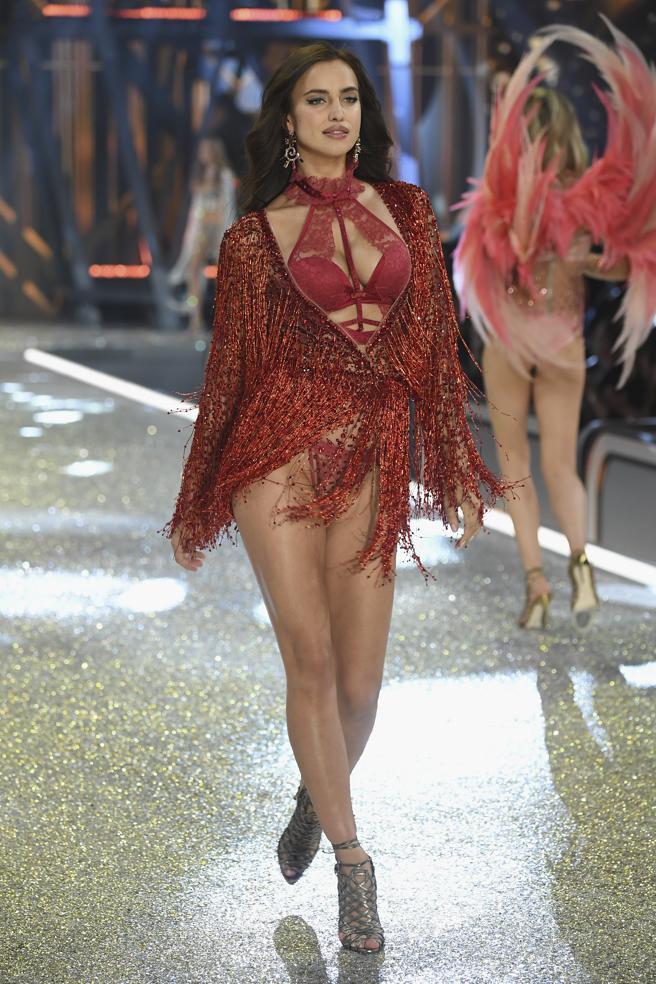 Irina Shayk desfila en el Victoria's Secret Fashion Show