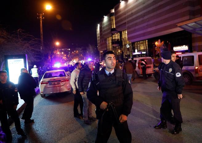 Policías turcos se despliegan alrededor de la galería de arte donde han tenido lugar los hechos