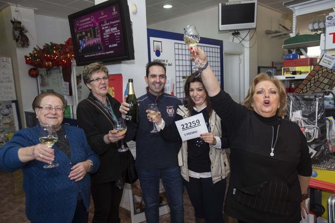 The seller of a fifth prize, 22259, Carolina Abellán (2d), celebrates the sale of the number accompanied by neighbors, today in Torreagüera (Murcia)