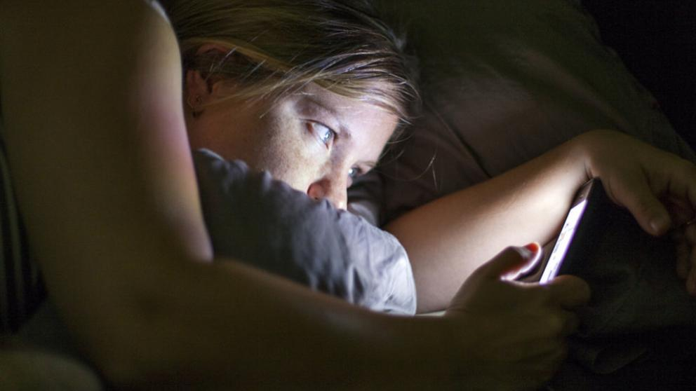 Resultado de imagen para persona en el celular antes de dormir