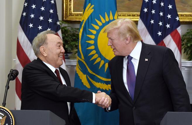 Dos autoritarios de raza, el presidente de Kazajistán, Nursultán Nazabayev, y Donald Trump, el pasado jueves en la Casa Blanca