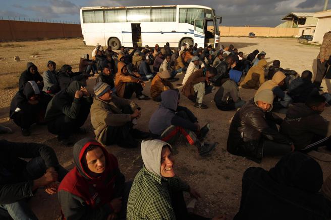 Migrantes detenidos en Bengasi (Libia) y en espera de ser repatriados, el pasado 2 de enero