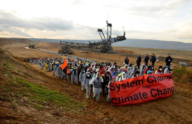 Protestas ecologistas en una acción de bloqueo en la mina de carbón de Hambac, cerca de Kerpen, en Alemania