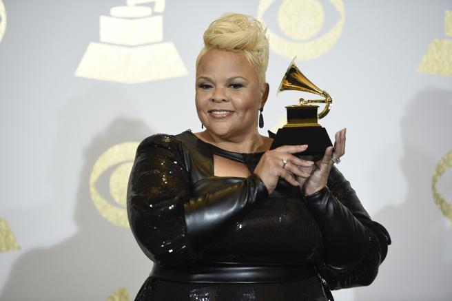 Tamela Mann posa con su Grammy por la mejor actuación / canción gospel