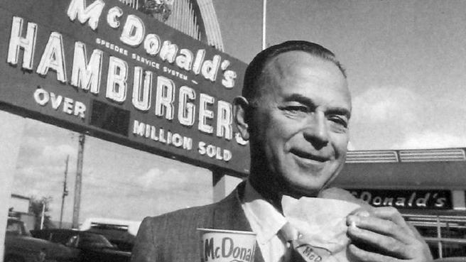 Ray Kroc degustando una hamburguesa de McDonald's